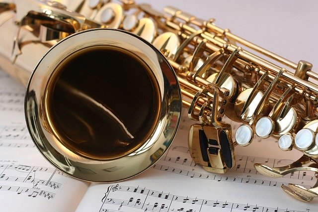 Saxophon auf Notenblättern