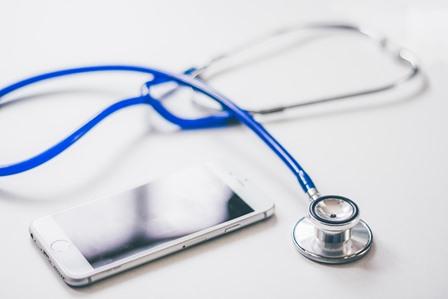Stethoscope und Mobiltelefon